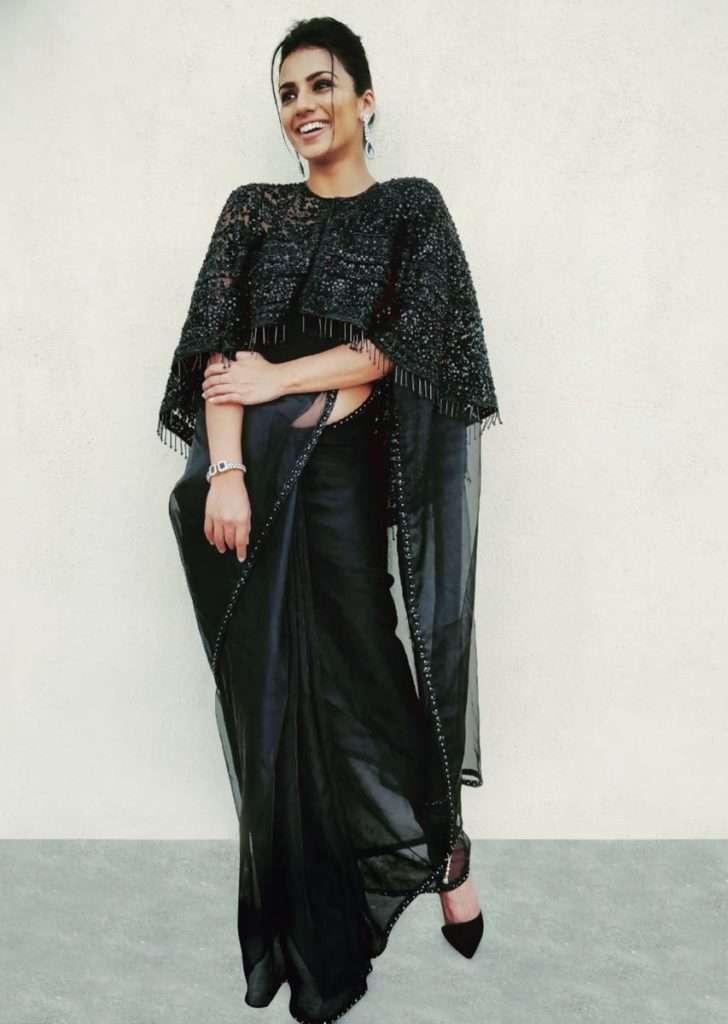 shruti-hariharani-in-kali-back-organza-saree-with-embroidered-cape-453561_1_